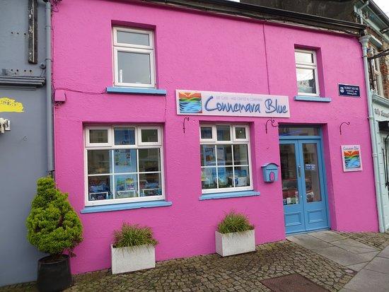 Clifden, Irlanda: The Bright Shopfront on Market Square (where the 2 main streets meet)