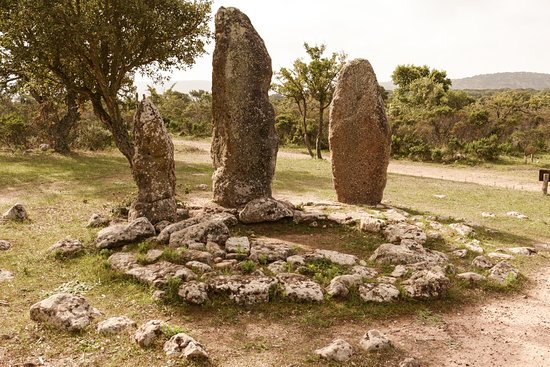 Goni, Włochy: piccolo circolo con 3 menhir