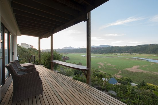 Wilderness, Sudáfrica: deck of honeymoon suite overlooking lake and mountains