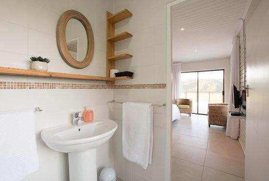 Wilderness, Afrika Selatan: Modern spacious bathroom with shower
