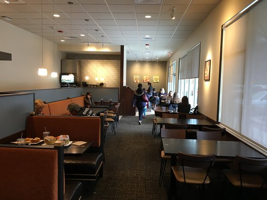 East Hanover, Nueva Jersey: Panera Bread - view back into dining room