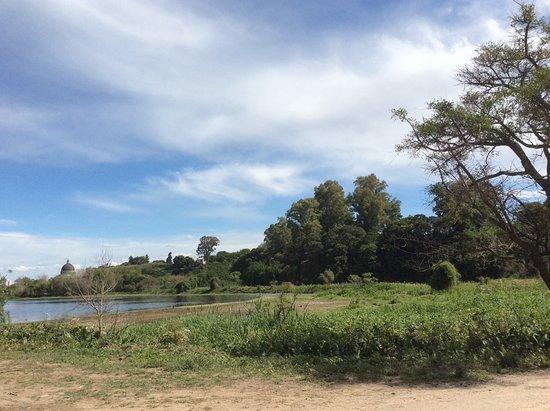 San Nicolas de los Arroyos, Argentina: El final del Camino. A lo lejos la cúpula del santuario