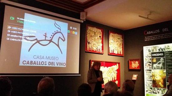 Caravaca de la Cruz, España: En museo y escuchando la guia que explica
