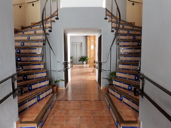 Hospederia Castillo de Alcaudete: detalle de escaleras y al fondo el ascensor de la hospedería.