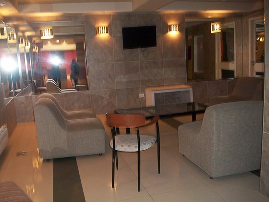 Hotel Aguas Del Sur : sala de estar con sillones super comodos y LED