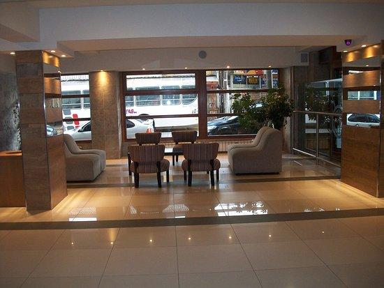 Hotel Aguas Del Sur: sala de estar y conserje