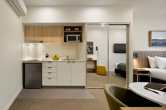 Griffith, Australia: Studio Apartment Kitchen
