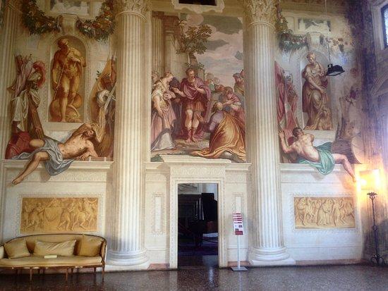 Villa Emo: una parete liscia che sembra una quinta teatrale,