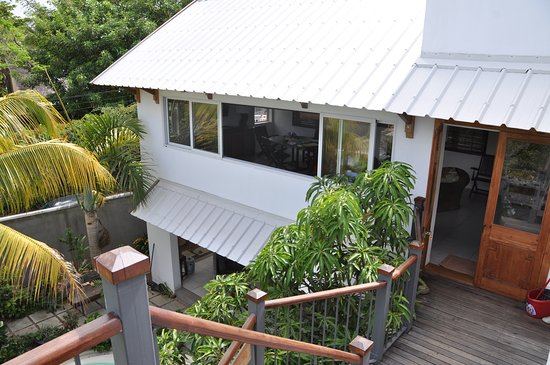 Tamarin: Blick ins Wohnzimmer von der Aussentreppe auf die Dachterrasse
