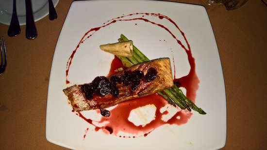 Salamanca, México: My grilled salmon steak with cranberry reduction and grilled asparagus.