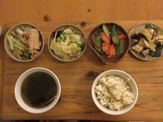 Guli Natural Vegan Restaurant : 薄味で調味された小針4種と野菜スープ。