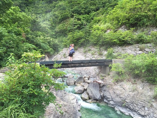 Yuzawa, Japonya: hike to the waterfall