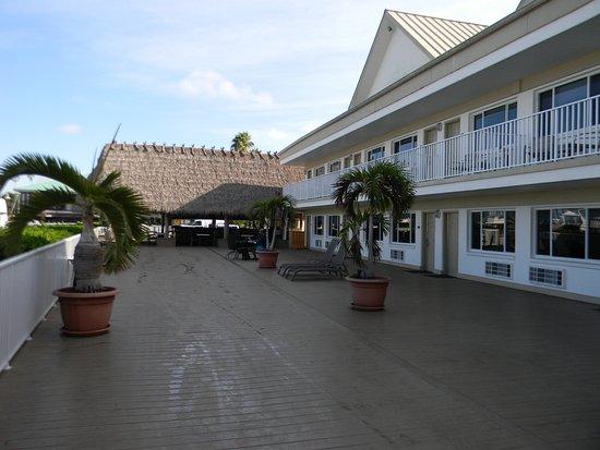Legacy Harbour Hotel & Suites: Deck area facing marina.