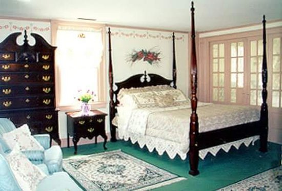 Old Saybrook, CT: The Suite with a Queen 4 poster bed, original fireplace, dbl whirlpool tub, extra rm w/ twin bed