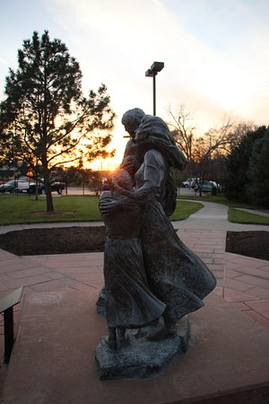 Council Bluffs, Айова: statue of family on the trail