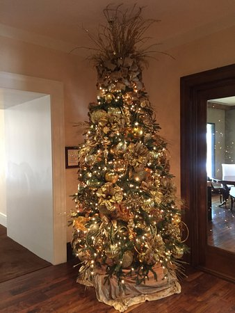 Rancho Mirage, كاليفورنيا: one of several Christmas trees on throughout the property
