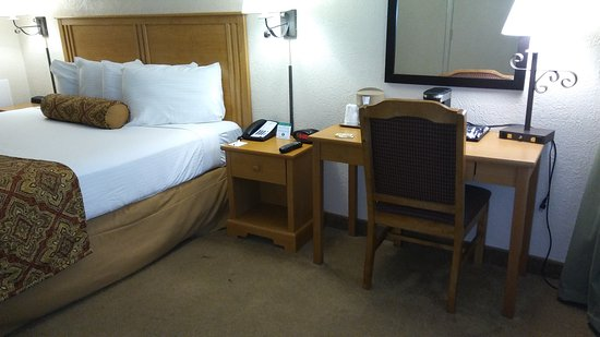 Red Feather Lodge: Poor excuse for a motel room.