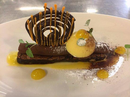 Teaching Hotel Chateau Bethlehem: Chocolade brownie met ganache en cremeux van mandarijnen