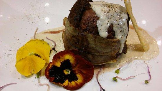 La Fontana di Venere: Millefoglie di filetto con verdure croccanti su salsa cacio e pepe