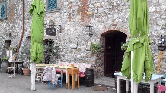 Duddova, Italia: Tavoli all'aperto.