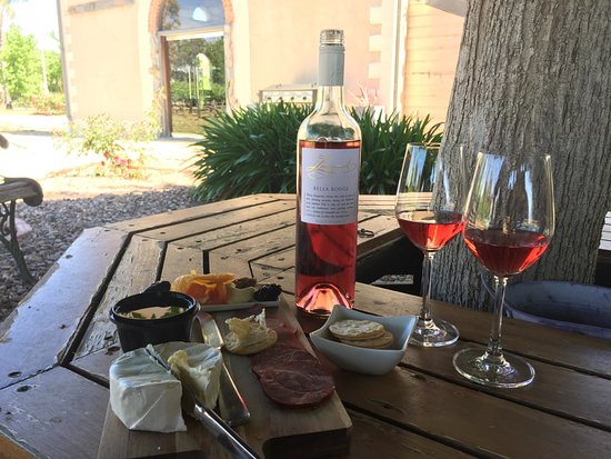 Tanunda, Australia: Under the sipping tree with our cheese platter