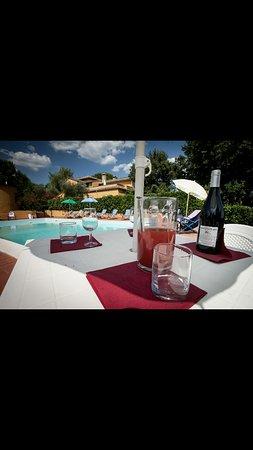 Calvi dell'Umbria, Italy: vista bordo piscina aperitivo organizzato tra amici