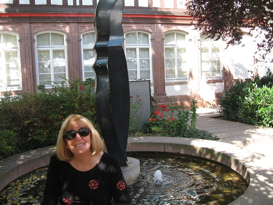 Calw, Duitsland: In the dappled shade by the ornamental pool