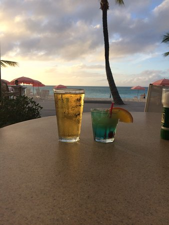 Ocean Club Cabana Bar & Grill: Happy hour! Drinks are $1 off