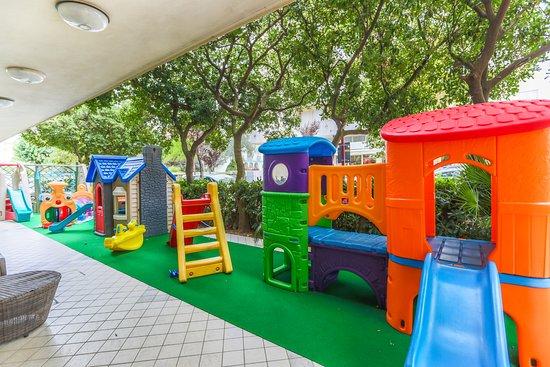 Hotel Cristallo: Parco giochi esterno recintato