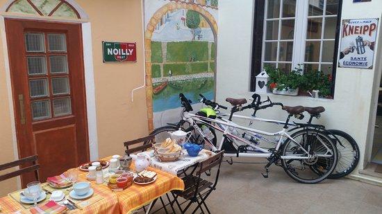 Doubs Sejour : Petits Déjeuners dans la cour des chambres d'hôtes