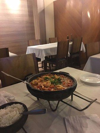 Moqueca de badejo com camarão rosa médio acompanhada de arroz e pirão