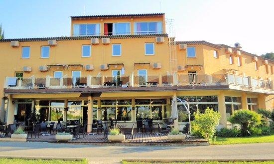Hotel Le Logis du Chateau: L'hôtel, côté jardin et restaurant