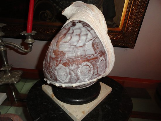Coxen Hole, Honduras: Conk shell cameo at Stone Castle Cameo Factory