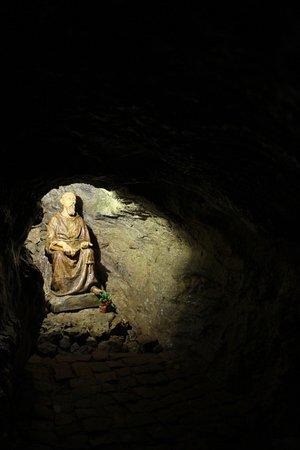 Trencin, Slovakia: La grotta nel monastero ed il santo