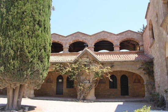 Filerimos, Yunanistan: галереи монастыря