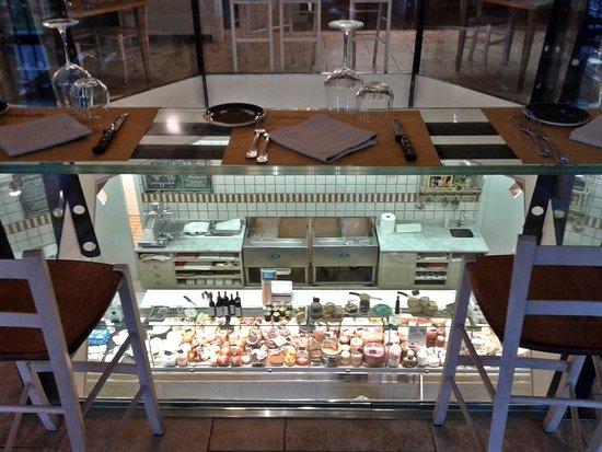 Fauglia, İtalya: Sala da pranzo con vista negozio sottostante