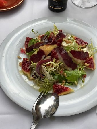 ‪‪Sant Pau d'Ordal‬, إسبانيا: Duck magret salad with fresh figs and honey dressing‬