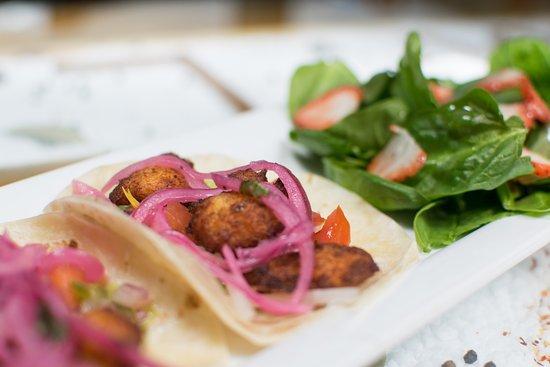 Drummondville, Canadá: Tacos de poisson avec salade d'épinards et fraises.