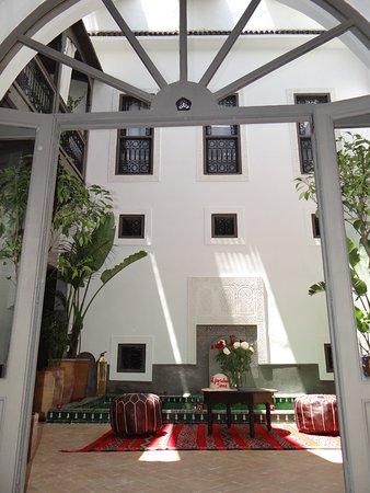 Vue du Salon sur le Patio - Picture of Riad Le Jardin des Sens ...