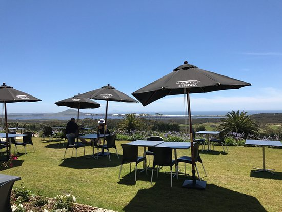 Kaitaia, Nueva Zelanda: outdoor dining tables and view of Doubtless Bay