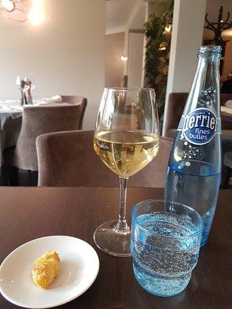 Saint Cyr l'Ecole, France: Perrier et verre de vin blanc.