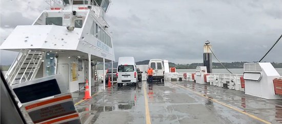 Rawene, Nueva Zelanda: Driving onto the ferry from Hokanga