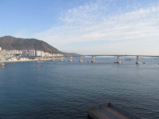 Busan Beach Tourist Hotel: 部屋のバルコニーから眺めた昼の景色です。
