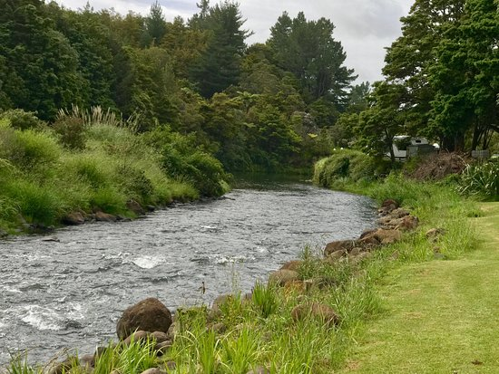 Dargaville, Nova Zelândia: River that runs behind camp ground