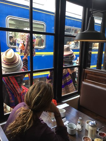 El Albergue Ollantaytambo: Dining with train entertainment