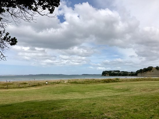 Orewa, Nouvelle-Zélande : View of beach from campsite