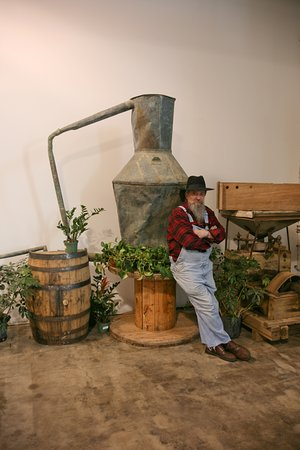Dalton, Джорджия: Master Distiller Raymond Butler next to his original illegal moonshine still