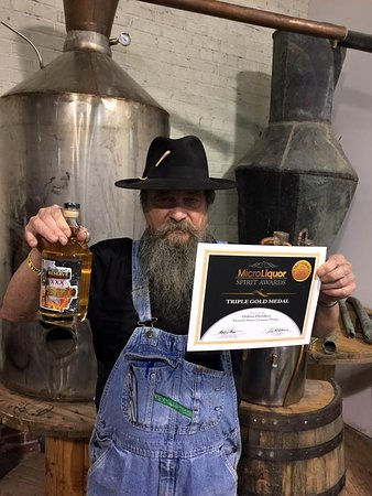 Dalton, Джорджия: Master Distiller Raymond Butler with his Triple Gold award winning Cinnamon Whiskey