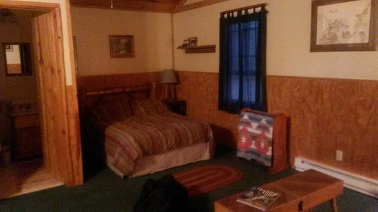 Rockbridge, OH: Otter Lodge. Bigger on the inside and super comfy. *has a hot tub on the deck