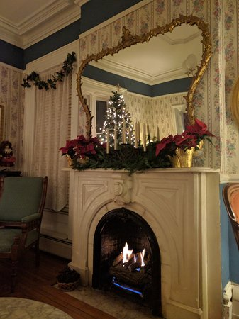 Rosemont Inn Bed & Breakfast: Fireplace mantel in our parlor decorated for the holiday season